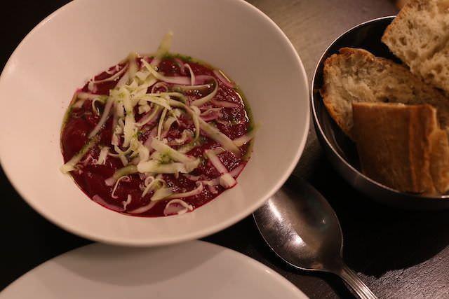 Salmorejo de remolacha con lascas de queso manchego suave y aceite de perejil
