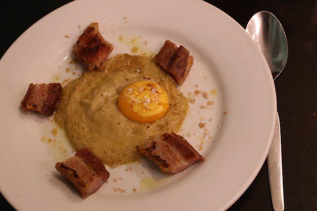 Torreznos acompañados de un puré de boletus y trufa y yema de huevo tostada