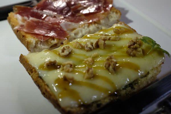 Tosta de jamón ibérico con salmorejo y de queso havarti con pesto y nueces