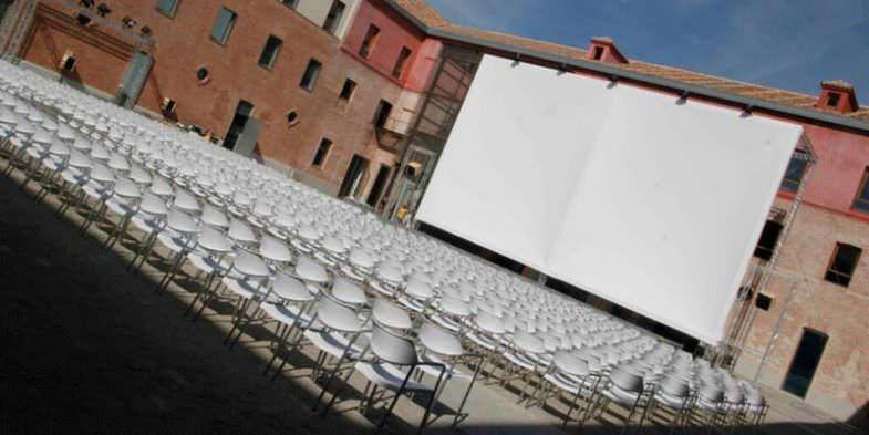 Cine de verano en el patio del Cuartel de Conde Duque en Madrid