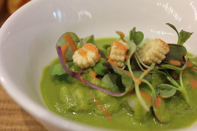 Tartar de gambas con ensalada verde licuada