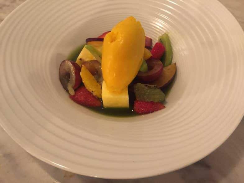 Frutas frescas con sopa de albahaca y helado de mango en Atlantik Corner