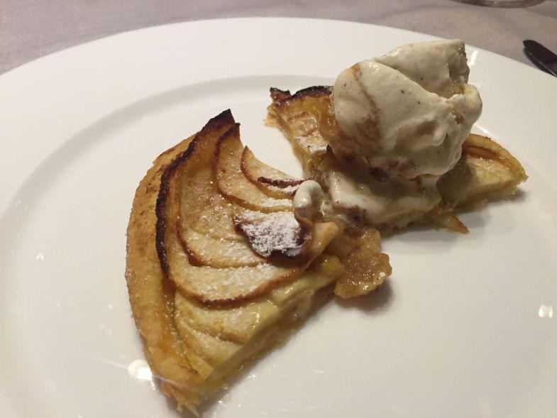 Tarta fina de manzana con helado de vainilla Restaurante Asgala