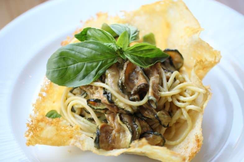 Spaghetti Nerano con calabacín, pimienta, parmesano.