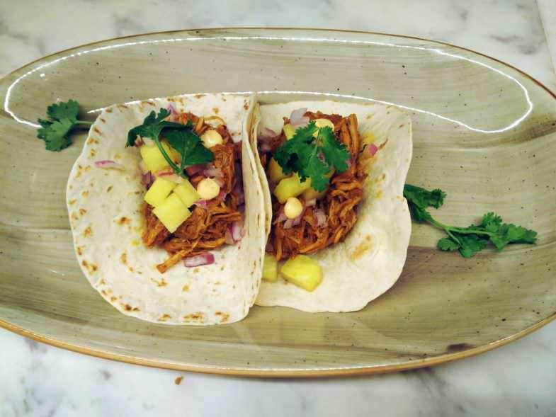 Los tacos al pastor con cerdo marinado, piña y cilantro