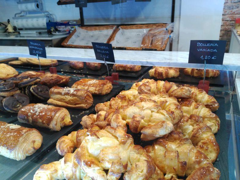 Bollería diaria artesanal hecha en el obrador de la panadería