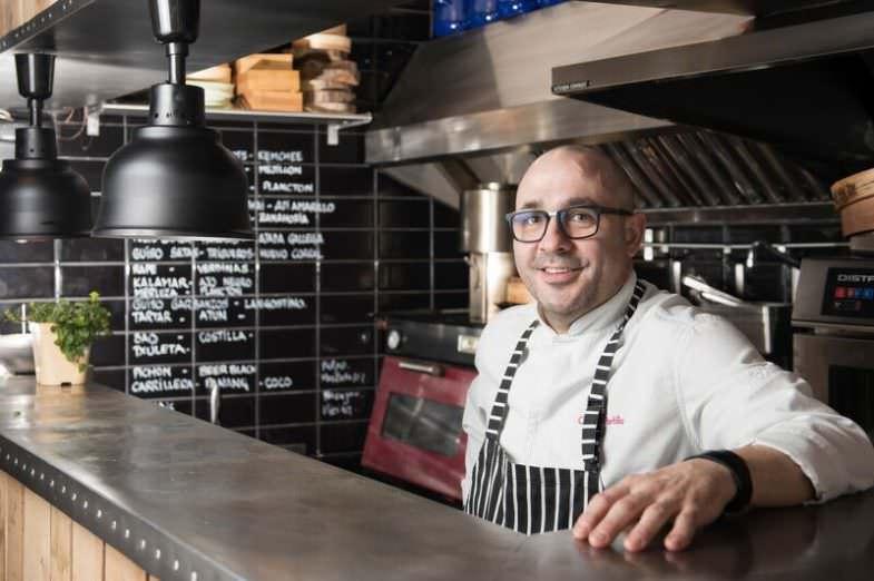 Carlos del Portillo en su cocina a la vista en su restaurante Bistronómika en el Barrio de las Letras