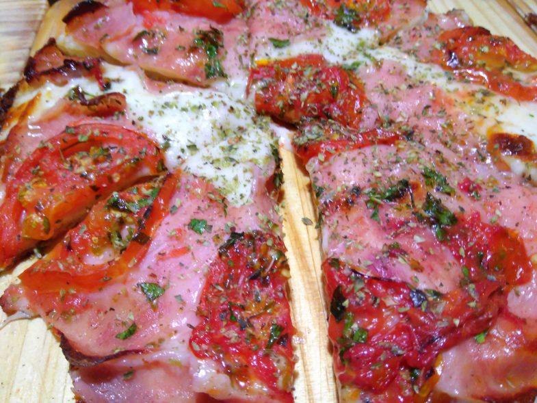 Pizza napolitana con jamón en Mastropiero en Malasaña