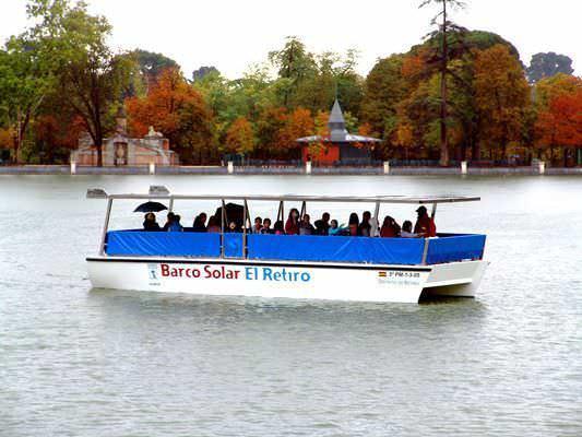 Para quienes no quieren remar está el barco solar del Retiro