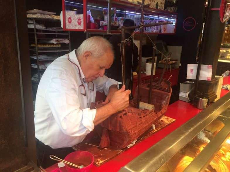 El Maestro Pastelero Daniel Guerrero de El Horno de San Onofre preparando unas réplicas de las carabelas de Colón