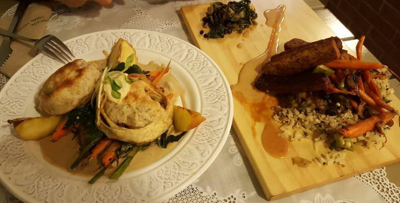Platos con verduras, arroz y distintos tipos de salsas