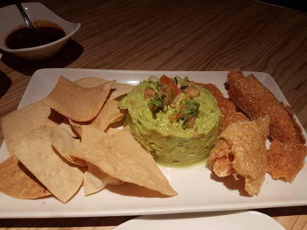 Guacamole con totopos y cortezas