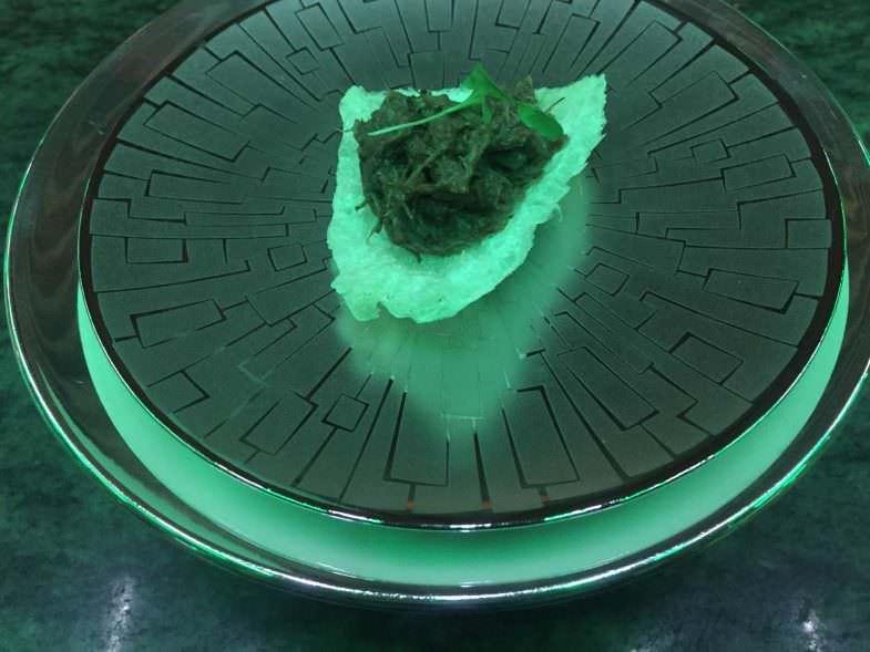Piel de ternera suflada con rabo confitado, salsa de ostras y cilantro