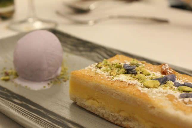 Postre de la emperatriz: bizcocho de almendras y helado de pétalo de violeta