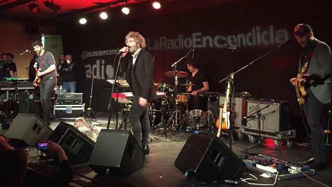 León Benavente durante su actuación en La Radio Encendida