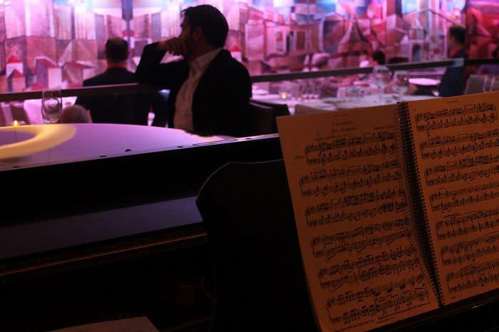 piano en directo durante la cena