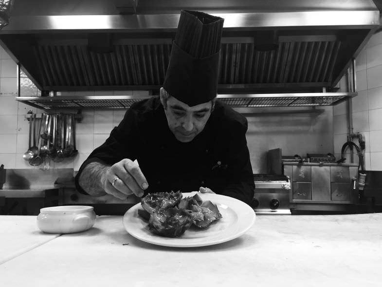 El chef Victor Martinez preparando el menú degustación.