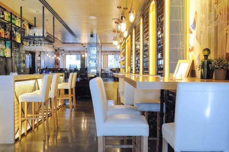 Espacio barra y mesas altas en Serrano 100