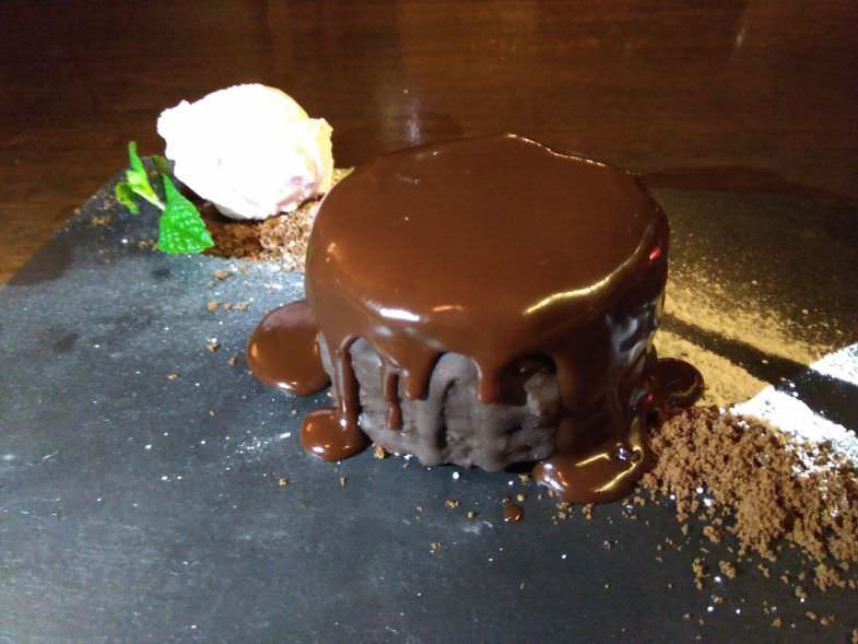 Tarta de chocolate con mousse de trufa de chocolate en Geographic Club