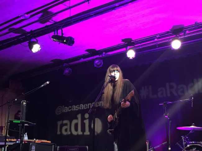 Soledad Vélez durante su actuación de 2016 en La Radio Encendida