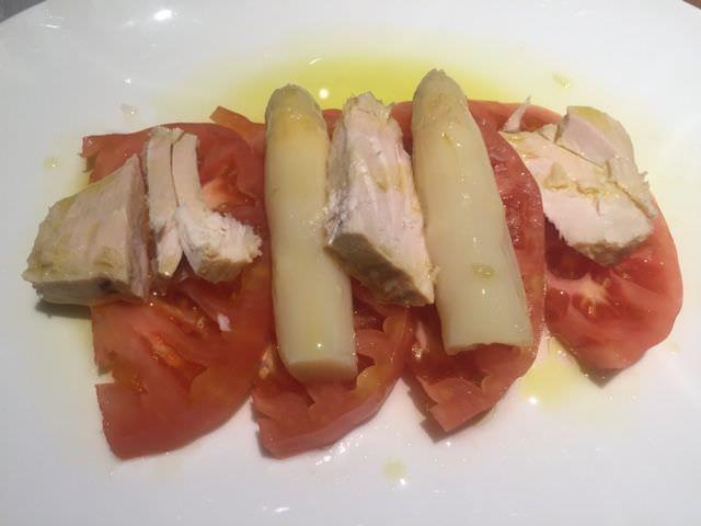 Ventresca de atún con tomate y espárragos
