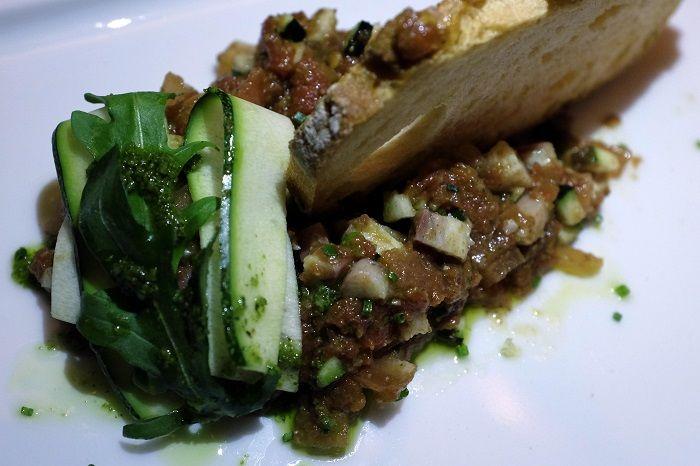 Tartar de tomate y calabacín con anguila ahumada y rúcula Casa Suecia