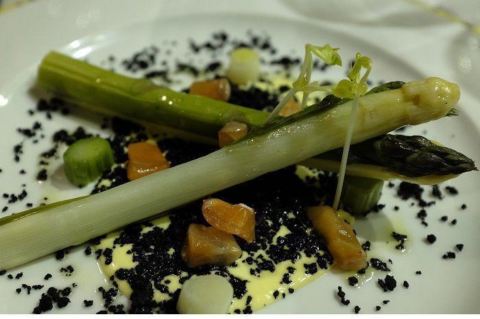 Espárragos blancos y verdes sobre tierra y mayonesa ligera arce