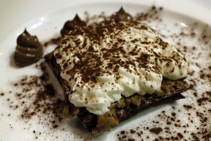 Ruso de chocolate con crema de café y queso fresco arce