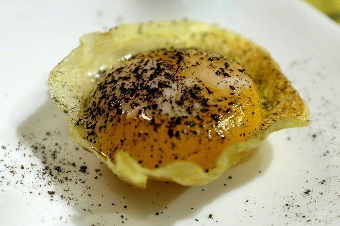 Yema en cuchara de patata frita y bocado de Idiazábal arce
