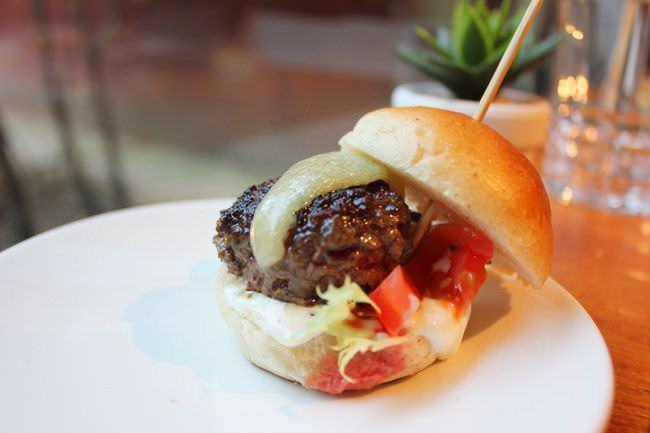 Hamburguesa de carne de buey casera con queso manchego y patatas fritas