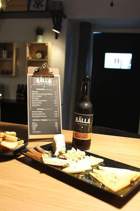 Cerveza y tabla de quesos en Källa