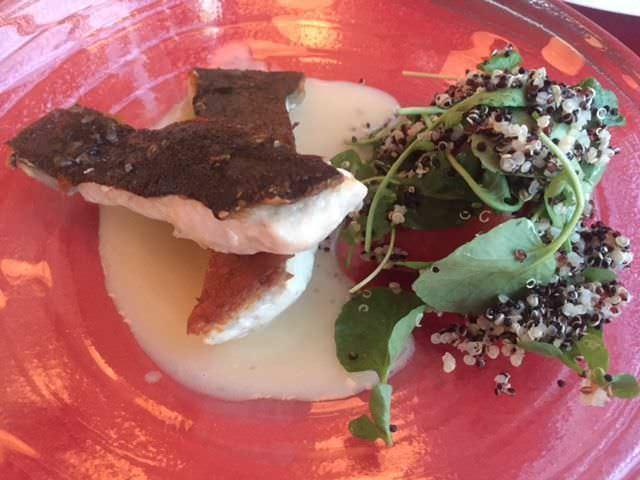 Rodaballo, salsa cítrica y ensalada de quinoa