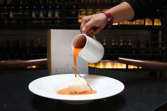 Salmorejo con helado de parmesano y aceite de albahaca