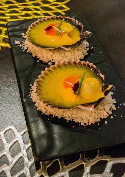 Ostión Chileno, marinado con ají amarillo, jengibre y lemon grass