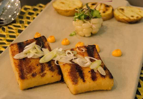 Anticucho de pez mantequilla con patata y choclo
