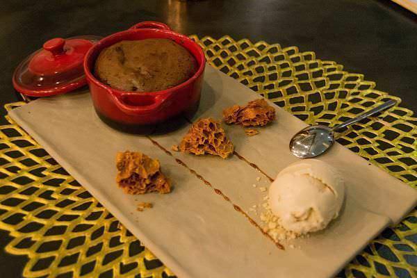Brownie con corazón de mango y helado de galleta