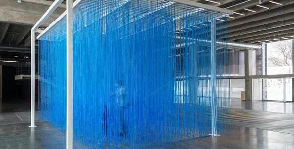 Jesús Soto «Pénétrable BBL bleu», 1999 365 x 400 x 1400 Edición AVILA 2007 © Archives Soto DR
