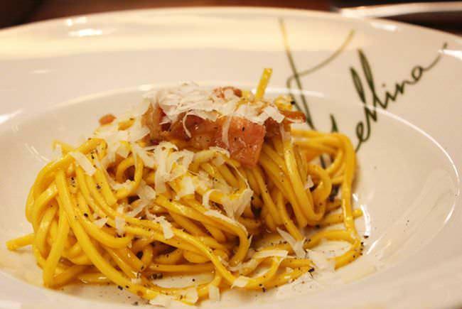 Spaghetti a la carbonara originale preparados en la mesa