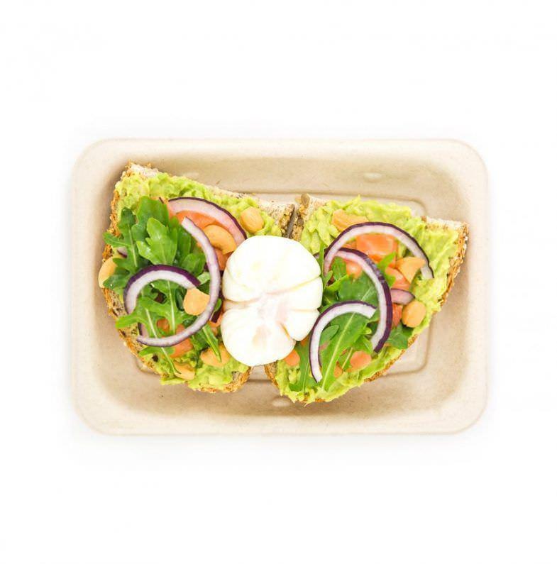 Poké Toast con salmón y huevo. Sides de aguacate, rúcula, cebolla roja y anacardos. 500 cc precio 8,85€