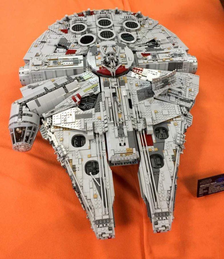 Uno de los Halcones Milenarios en la expo de Star Wars con piezas de Lego en la FNAC de Callao