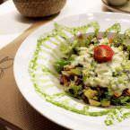 Ensalada verde con aguacate y clorofila de espinacas