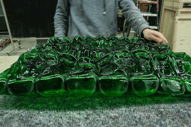 Botellas de Alhambra Cervezas utilizadas en la obra El Patio de Nacho Carbonell