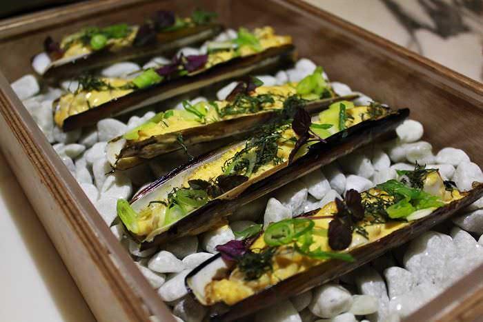 Navajas glaseadas con kimchi y hojas orientales Rómola