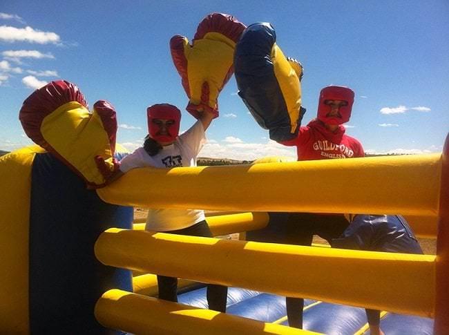 Lucha con guantes de boxeo gigantes