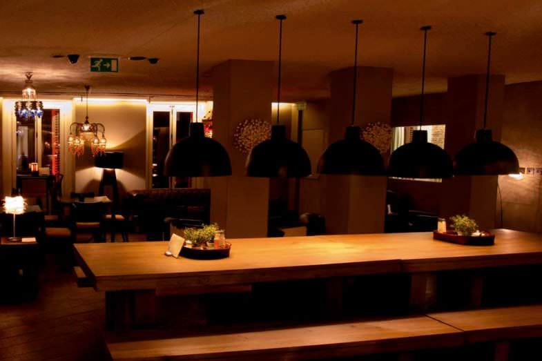 Ad Lounge Café, mesa común para trabajar
