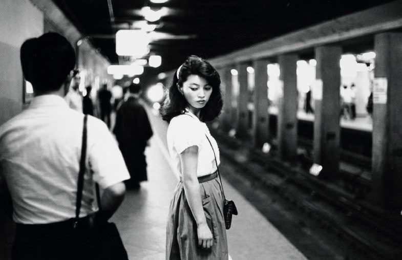 Ed van der Elsken Girl in the subway, Tokyo [Chica en el metro, Tokio], 1981. Copia a la gelatina de plata, 23,7 x 30,9 cm. Nederlands Fotomuseum Foto: © Ed van der Elsken / Collection Stedelijk Museum Amsterdam.