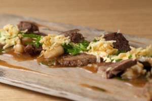 Lengua con salsa de mote, hierbabuena y rocoto