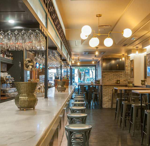 Planta superior con barra y mesas altas, Restaurante Cilindro
