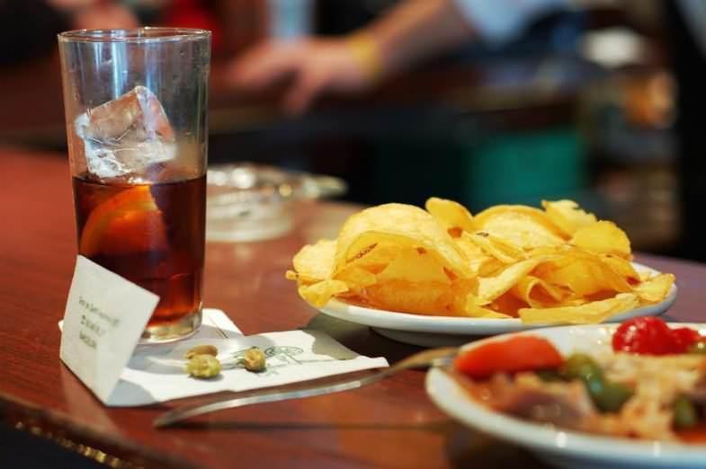 Vermut con patatas fritas y aceitunas