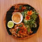 Saté de pollo y Pad Thai salteado con langostinos